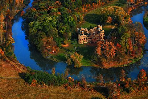 Holašovickou náves s rybníkem obklopuje 23 původních selských stavení